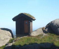 世界の最果てにある孤高の公衆トイレの写真 Toilets at the Edge of the World