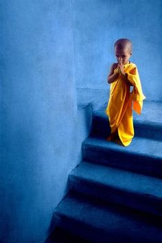 Little monk in India / kleine monnik in India Beautiful World, Beautiful People, Fotojournalismus, Little Buddha, Baby Buddha, Buddhist Monk, Mellow Yellow, Blue Yellow, Incredible India