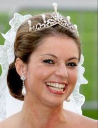 Annemarie de Bourbon, Duchess of Parma & Piacenza in a tiara from the collection of the House of Orange-Nassau, with large pear-shaped pearls. Royal Crown Jewels, Royal Jewelry, Royal Brides, Royal Weddings, Royal Tiaras, Tiaras And Crowns, Royal Dutch, Wedding Tiaras, Royal House