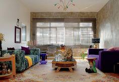 O projeto da arquiteta Andrea Murao tem pegada oriental, cheia de arabescos, adamascados e outros desenhos rebuscados. O anão de jardim pintado com tinta fosca segue as cores da decoração