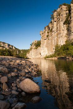 Les Gorges du Chassezac, affluent de la rivière Ardèche. Des gorges spectaculaires délimitées par de hautes falaises (nombreux sites d'escalade).