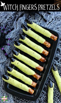 Witch Finger *Crunchy* Pretzel Rods Witch finger pretzel rods are basically easy treats that take very lil time to make but are crowd-pleasers for Halloween or other Wizard-Themed Parties. However, Halloween is few days away & you Halloween Desserts, Halloween Cupcakes, Entree Halloween, Hallowen Food, Halloween Party Snacks, Halloween Appetizers, Fete Halloween, Healthy Halloween, Snacks Für Party