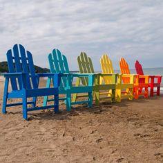 Adirondack Stühle sind ideal für Chillen am Strand. Dieses Modell der Adirondack Stuhl kommt in einer Vielzahl von Farben, die ihm die Fähigkeit, in verschiedenen Stilen und Designs passen.