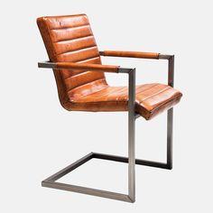 Elegant og robust stoli utsøkt brunt bøffelskinn på setet, rygg og polstring på armelene over en ramme av matt grått stål. 85 x 55 x 61 cm