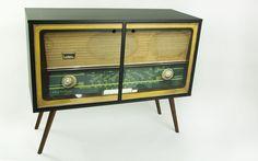 Este lindo armário estilo rádio vai fazer você viajar e voltar ao passado, relembrando vários momentos marcantes da sua história, não é mesmo? E o melhor de tudo que o rack vintage vai deixar sua casa ainda mais linda.    Fabricado em MDF,