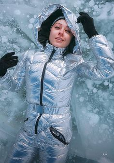 sexy Frau in wunderschönem silber Skianzug auf Eis liegend Down Suit, Snow Girl, Winter Suit, Womens Wetsuit, Snow Fashion, Classy Outfits, Classy Clothes, Bomber Jacket Men, Down Parka