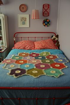 Painted Daisy Hexagon blanket, free pattern by Megan Speakes