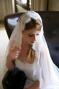 Light Ivory Lace Veil Waltz Length Traditional por GildedShadows