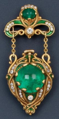 Art Nouveau Marcus & Co. gold, enamel, diamond and emerald lapel watch. Brooch pendant in yellow gold and green enamel decorated with knots and interlaced with diamonds and cabochon emeralds. The flip Green Enameled yellow gold, discovered a small watch . Vintage Art Nouveau . Signed Marcus & Co. Gross Weight 47.7 g Z