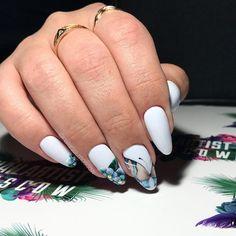 Белоснежный #luxio_polar ☁️ Длина ногтей натуральная! ☝Украшены бабочкой и цветами