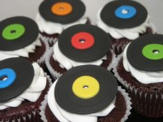 Vinyl Record Cupcakes - Limited Edition Cakes Shared by Where YoUth Rise Beatles Party, Bolo Dos Beatles, Festa Rock Roll, Record Cake, Disco Cake, Disco Party, Grease Party, 80s Birthday Parties, Karaoke Party