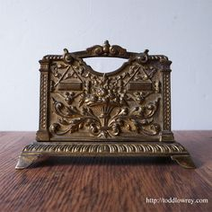 レディ・ジャスティスが治める机上の神殿 /Antique Victorian Brass Letter Rack   美しい装飾が施された、ヴィクトリア時代のレターラック  #アンティークレターラック,#イギリス,