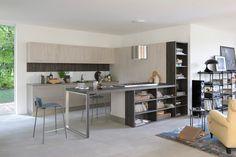 Spazzolate, fiammate, grezze... sono tante le declinazioni delle superfici materiche in cucina. 5 soluzioni emblematiche.
