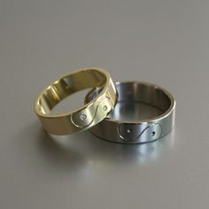 trouwringen in geelgoud en witgoud met diamant en handgravure (yin-yang symbool)