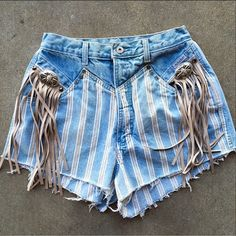 These vintage Rockies shorts from Ali Dee Vintage are all about that inspired look from the past with a modern feel and even more cowgirl flair. Western Dresses, Western Outfits, Western Wear, Cowgirl Outfits, Hipster Fashion, Diy Fashion, Cowgirl Style, Cowgirl Tuff, Western Style