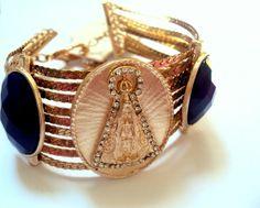 Bracelete Nossa senhora, com detalhe em strass e chatons azuis Mais fotos em nosso site www.chantelesmalteriaeacessorios.neosites.com.br R$ 32,90