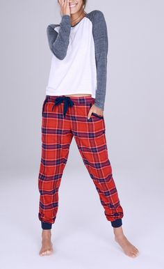 These lounge-ready jogger pants in a checkered print are styled with an easy drawstring cord and banded cuffs for a cozy vibe.