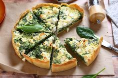 Make ahead of time, if you can resist not eating it straight away. This quiche recipe incorporates Mediterranean tastes of red pepper, olives and feta. Receita Bolo Low Carb, Tasty Vegetarian Recipes, Healthy Recipes, Janta Low Carb, Cetogenic Diet, Homemade Pastries, Romanian Food, Spinach And Feta, Quiche Recipes