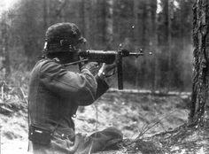 https://flic.kr/p/dYNdWS | Un soldat allemand au combat fait feu avec sa MP-40.