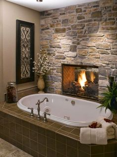 Интерьер ванной комнаты в загородном доме с камином.