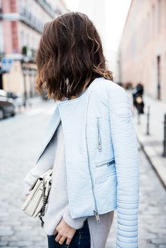This casual pairing of a light blue leather biker jacket and navy jeans comes to rescue when you need to look stylish but have no extra time to dress up. Looks Street Style, Looks Style, Style Me, Style Blog, Printemps Street Style, Look Blazer, Mein Style, Look Fashion, Unique Fashion