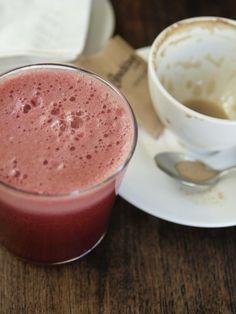 frisch gepresste Säfte sind ein Frische Kick bei jedem Frühstück----rte Beete Saft mit etwas Apfelsaft obendrauf !