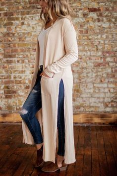 Long Cardigan And Plain White Shirt Tan Cardigan Outfit, Long Knit Cardigan, Long Sleeve Sweater, Maxi Cardigan, Layering Outfits, Warm Outfits, Layering Clothes, Winter Outfits, Long Brown Coat