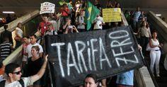 19.jun.2013 - Manifestação pela tarifa zero no transporte público em Brasília reuniu cerca de 1.300 pessoas, segundo a Polícia Militar, na rodoviária do Plano Piloto Roberto Jayme/UOL