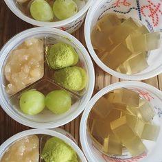 新茶あんみつ。  ・  新茶葉は奈良、月ヶ瀬健康茶園の  オクミドリ種を使った、  有機一番摘み煎茶 「満月』を使用しています。  上品な味わいのお茶です。  ・  果物はシャインマスカットに替わりました。  皮ごと召し上がっていただけます。  ・  #よだもち #あんみつ #新茶 #シャインマスカット #和菓子 #大阪 #西淀川区 #御幣島