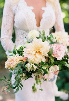 2016_bridescom-Editorial_Images-10-Dahlia-Wedding-Bouquet-Ideas-large-08-Dahlia-Wedding-Bouquet-Ideas-Sarah-Kate-Photography.jpg (460×680)
