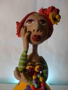 bonecas de cabaça, estruturadas em arame e papel marche,  produzidas manualmente pela artista Roberta Caldeira. R$ 145,00
