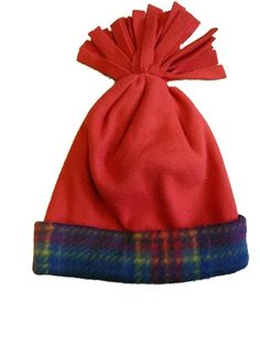 Fleece is a very versatile fabric that is particularly suited to winter accessories like hats. There are no-sew fleece hats you can make that are perfect for kids' crafts or those with no sewing experience. No Sew Fleece Blanket, No Sew Blankets, Fleece Scarf, Fleece Hat Pattern, Fleece Patterns, Sewing Patterns, Dress Patterns, Fleece Crafts, Fleece Projects