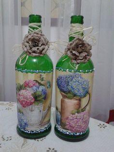 Garrafas com decoupagem ,palha e flores rusticas