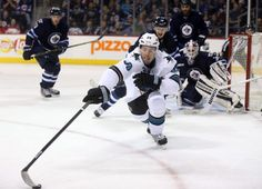 San Jose Sharks forward Logan Couture reaches out for the puck (Jan. 5, 2015).
