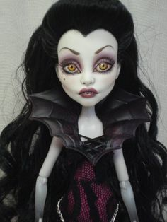 Vamp Monster High wish I could repaint them these are amazing Custom Monster High Dolls, Monster Dolls, Monster High Repaint, Custom Dolls, Monster Girl, Scary Dolls, Living Dead Dolls, Gothic Dolls, Halloween Doll