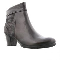 Kort støvle i sort glat skind med glitter bagpå og microfoer samt sort gummisål. Vidde G Hælhøjde 5 cm. Skaftelængde 12 cm.