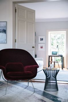 Love the combination of the Womb chair and leather couch. (via The Brick House)