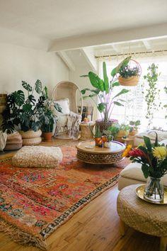 moroccan decor Buying a Vintage Moroccan Rug Black amp; Boho Living Room, Living Room Decor, Living Room Vintage, Living Room With Plants, Bedroom Vintage, Bedroom With Plants, Hipster Living Rooms, Earthy Living Room, Zen Room Decor