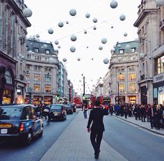 For all fashion lovers looking for affairs and sales, Oxford street is the best place to shop new pieces for all prices!