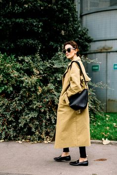 When it is not cold enough to wear thick trench coat outfit Khaki Trench Coat, Trench Coat Outfit, Look Fashion, Teen Fashion, Paris Fashion, Fashion Outfits, Pijamas Women, Mein Style, Street Style