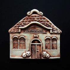 Domeček Ceramic Houses, Sculpture Art, Christmas Time, Decorative Boxes, Pottery, Home Decor, Houses, Miniatures, African Masks