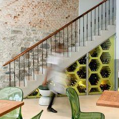 meuble sous escalier en hexagones pour le rangement des bouteilles de vin