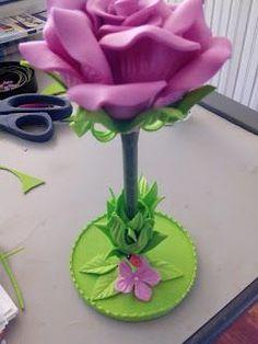 Herthal art's: Caneta decorada com rosa de e.v.a com suporte, Her... Foam Crafts, Diy And Crafts, Crafts For Kids, Paper Crafts, Flower Crafts, Diy Flowers, Flower Pens, Decorated Wine Glasses, Pencil Toppers