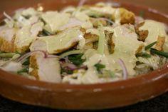 Salade met kip is ideaal voor een lichte gezonde lunch. Je bakt de kipfilets bepoederd met curry in de oven. Voor de sla gebruik je Chinese kool. Het is een bladgroente die je zeker een keer moet uitproberen, ondanks haar naam heeft ze geen uitgesproken