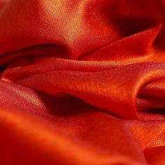 Pashmina cachemire et soie rouge reflets gris Echarpe en soie et cachemire  rouge, reflets gris Cette longue et large pashmina est tissée de soie et de  ... 36c5ce8b875