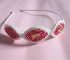 Tiara fininha de metal forrada com fita de cetim e com três enfeites de vidrilhos branco e rosa, bordados a mão.