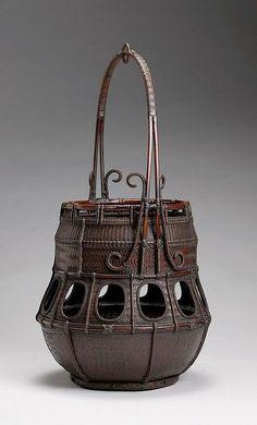 Hanakago (flower arranging basket) by Tanabe Chikuunsai (Japanese) Bamboo Art, Bamboo Crafts, Weaving Art, Hand Weaving, Rattan, Wicker, Japanese Bamboo, Bamboo Basket, Basket Bag