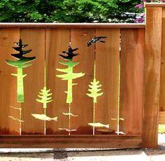 украшенный деревянный забор