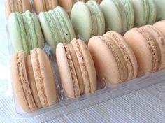 Makronky se slaným karamelem Macaron Flavors, Macaroons, Pavlova, Cupcakes, Hot Dog Buns, Baked Goods, Catering, Food And Drink, Cheesecake