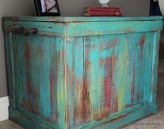 Beyond The Picket Fence: Pallet Chest - Pallet Furniture Ideas Pallet Trunk, Pallet Chest, Pallet Boxes, Pallet Art, Pallet Furniture, Furniture Projects, Painted Furniture, Wood Projects, Bar En Palette